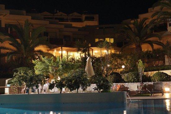 Santa Marina Beach Hotel: Santa Marina at night