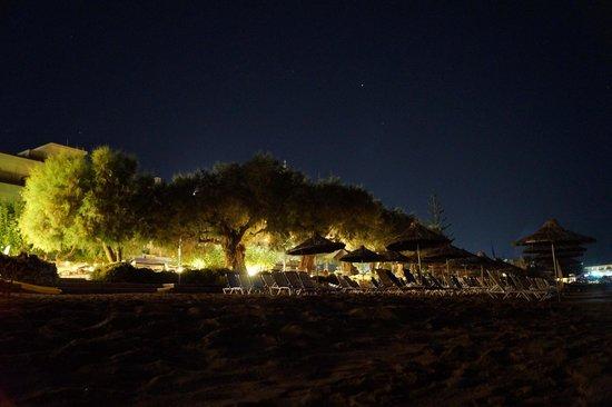 Santa Marina Beach Hotel: Plaża nocą