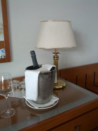 Hotel Des Bains Terme: Spumante in camera