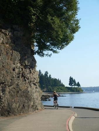 Seawall in Vancouver : Bend in the sea wall