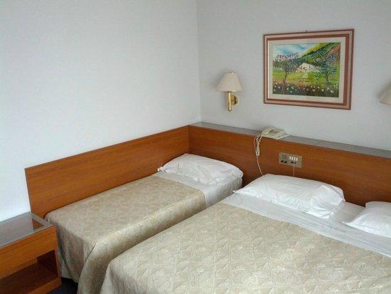Hotel Des Bains Terme: Zona letto camera