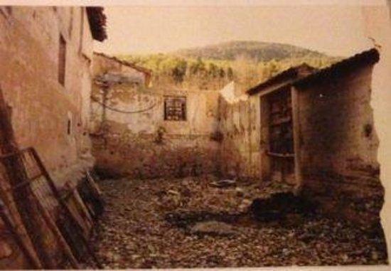 Hotel Rural Masia La Mota : patio central de la masia en....hace muchoas años
