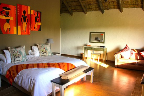 Chrislin African Lodge: Sunset hut King bed