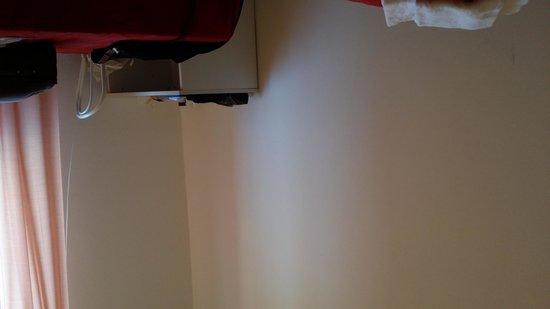 Hotel Dei Gonzaga : Interno: un tavolino sulla parete spoglia