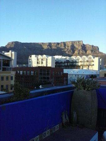 La Rose Bed & Breakfast : Roof top terrasse at sunrise - Table Mountain