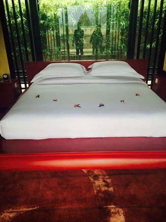 Banyan Tree Lijiang: Bed set up with Rose petals - same petals in the bath tub also - very nice touch