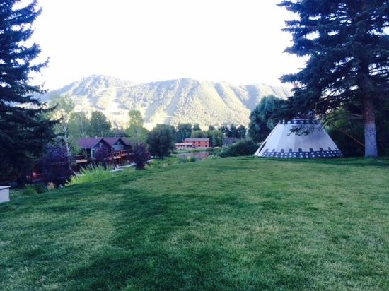 Rustic Inn Creekside Resort and Spa at Jackson Hole : View from the grounds