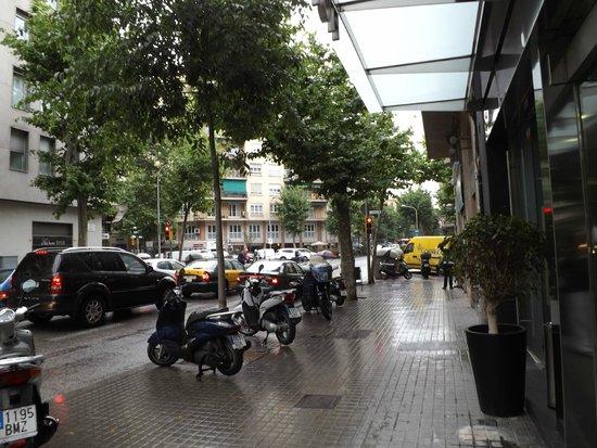 Barcelona Century Hotel : Carre Valencia desde la puerta del hotel