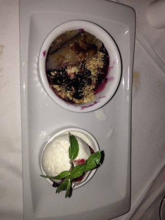 Gourmet Grill Mauritius : dessert con gelato alla vaniglia servito con pera caramellata ai frutti di bosco adagiata su bis