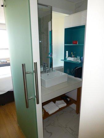 Bond Place Hotel: Bond place bathroom
