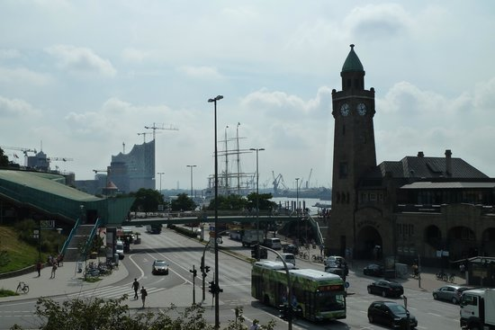 Landungsbrücken: Vom Hotel Hafen Hamburg aus gesehen