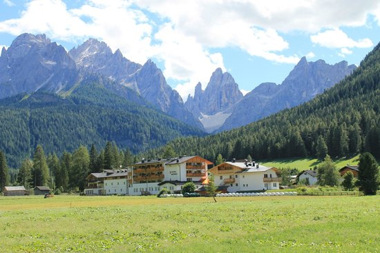 Hotel Monika: Veduta dell'albergo e Val Fiscalina