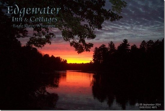 Edgewater Inn & Cottages: Sunset on the river