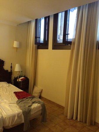 Hotel Born : Hotelzimmer mit Fenster im oberen Drittel der Wand