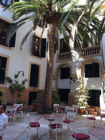Hotel Born: Wunderschöner Innenhof zum Frühstücken
