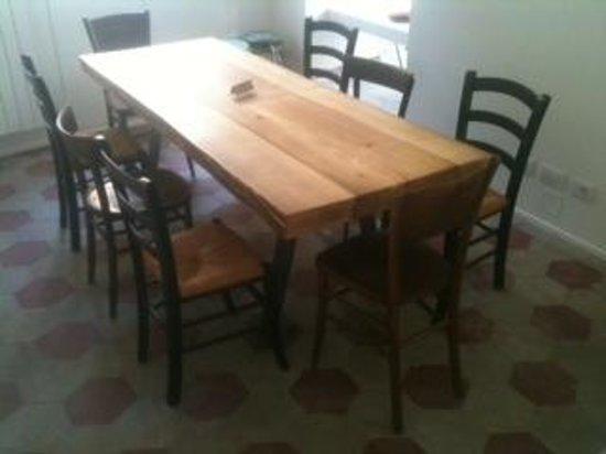 Kitchen and Soul : Bello il tavolo sul retro  da kicken and soul !!!
