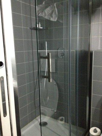 Hotel Mirabeau Eiffel: Shower