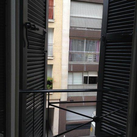 Hotel Mirabeau Eiffel: Cute windows