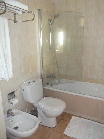 Paradise Lago Taurito : Bathroom quite sufficient & clean