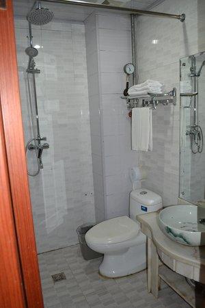 Guomen Business Hotel: Unforgettable bathroom