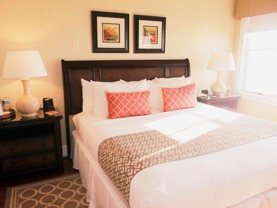 Elizabeth Pointe Lodge: Out guestroom
