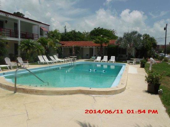 Billows Apartment Motel: The pool