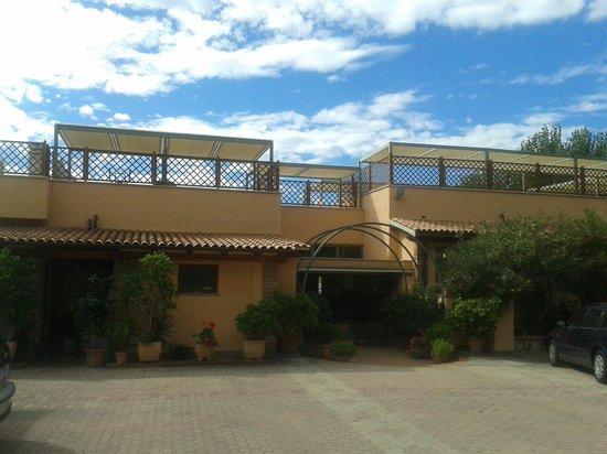 Hotel Acquasanta: L'ingresso dell'edificio principale