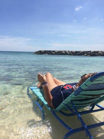 De Palm Island: Pequeña playa-picina privada