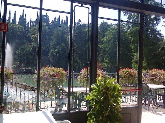 Parco Termale del Garda: La vetrata del secondo piano con gli alberi e il laghetto
