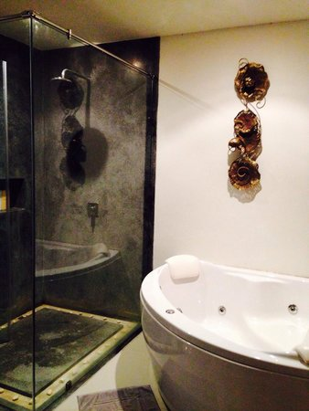 The Kiri Villas Resort: Standing shower and a jacuzzi tub big enough for two in the spacious bathroom