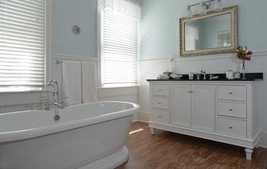 Captain's Quarters Inn: Room 3 Bath