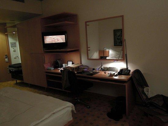 Swissotel Berlin: 方便的桌子與電視
