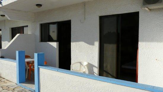 Karavos: terrasse devant l'appartement