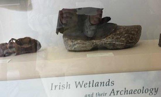 Museo Nacional de Arqueología de Irlanda: Shoes used in the wetlands- sorry for reflection