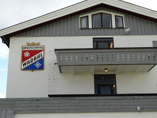 Wadahl Hogfjellshotel: Zicht op het hotel als je aan komt rijden