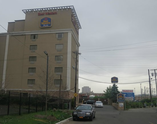 Best Western Plus Newark Airport West: It is rather large hotel.