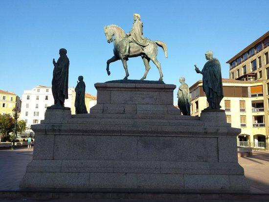 Place de Gaulle : Napoléon et ses 4 frères