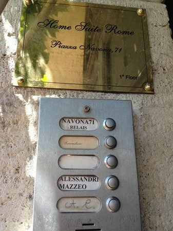Relais Navona 71: Entrance. Just buzz the button.