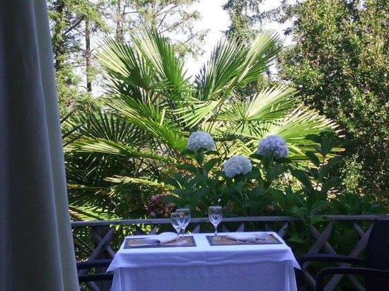 Une petite table de la terrasse picture of le roudou fouesnant tripadvisor for Fabriquer une petite table de jardin