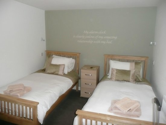 The Corner House Hotel : Comfortable beds in Twin Rm no four
