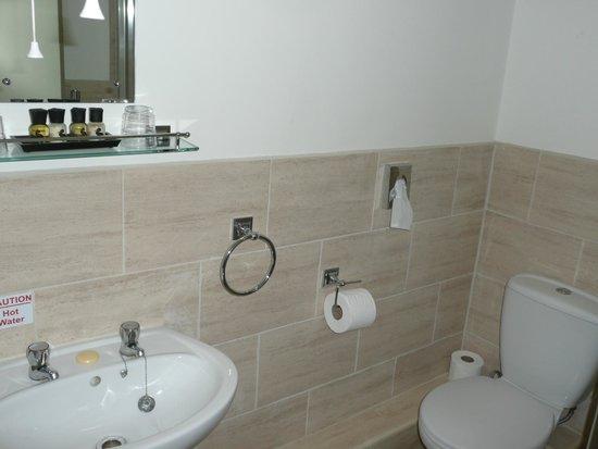 The Corner House Hotel : Spotless en suite shower room