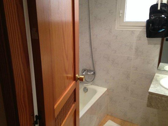 THB Los Molinos: badkamer met ligbad/douche