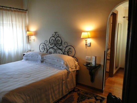 Villa Olmi Firenze: 2 types de table de nuit
