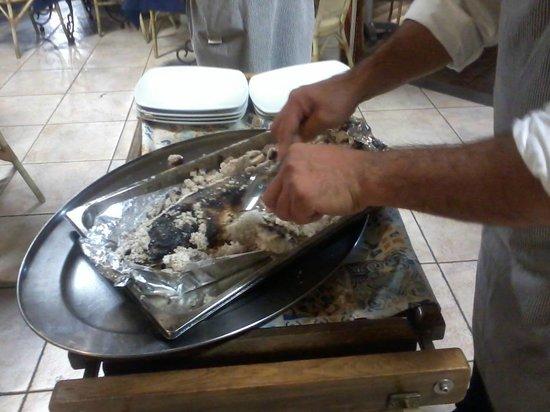 La Kambusa di Leonelli: Carmine pulisce la spigola