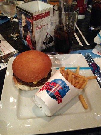 Planet Hollywood : Cena: cheeseburger e patatine
