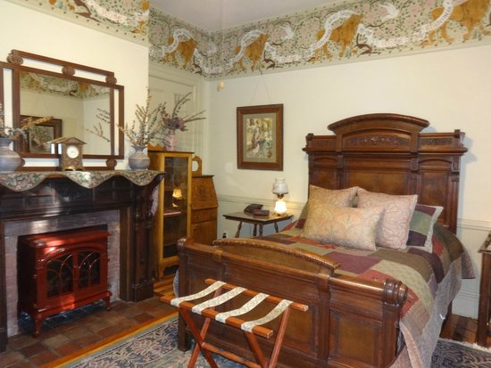 Amherst Inn: Lion's Den room