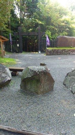 Haga Castle Historical Park : 門(右側に受付とトイレ)