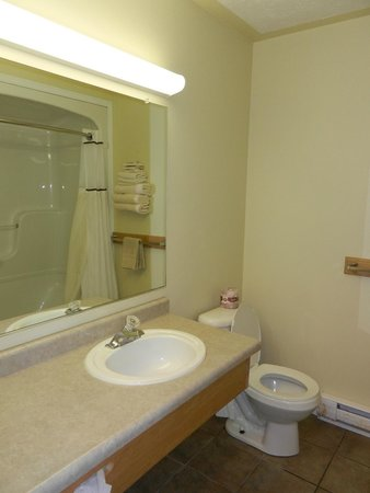 Bruce Anchor Motel and Cottage Rentals: bathroom