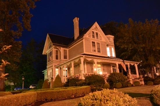 The Historic Morris Harvey House Bed and Breakfast: Morris Harvey House by night
