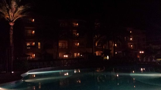 Prinsotel La Dorada: The pool area in the evening with all the lights outside.